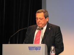 Roque Gistau durante la exposición en París