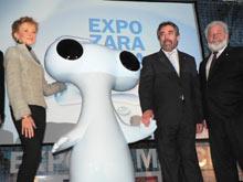 Fernández de la Vega y Belloch junto a la mascota de la Expo