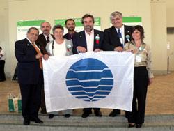 Juan Alberto Belloch (centro) con varios miembros de la delegación española muestran la bandera