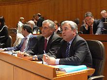 Los populares Suárez y Alcalde en su escaño de las Cortes de Aragón
