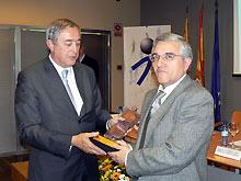 Antonio Alastrué recoge el premio de manos de Javier Ferrer