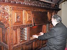 José Luis González, prueba el órgano de Saviñán