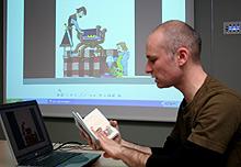 El ilustrador David Guirao en el taller de la exposición