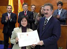 Mónica Vázquez recibe el premio de manos del delegado del Gobierno