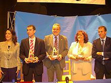 Los premiados con Anabel Lasheras, presidenta de AFAMMER