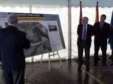 Víctor Morlán observa el proyecto