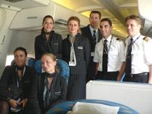 La tripulación satisfecha con el vuelo