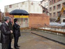 Representantes municipales contemplan el proceso de derribo del edificio del mercado