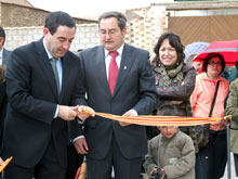 El consejero, junto al al alcalde, corta la cinta del nuevo parque de la Cerrada