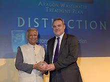 Boné recibe el premio de manos del Nobel de la Paz 2006, Muhammad Yunus