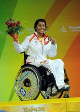 Teresa Perales muestra su bronce en el podio del Cubo de Agua