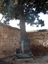 María está enterrada bajo un ciprés en el cementerio de Fuendejalón
