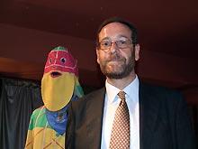 Javier Bona, junto a la careta del Cipotegato