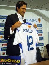 Edmilson posa con la camiseta del Real Zaragoza