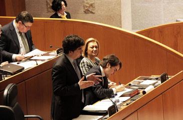 Garcés, en el último Pleno de las Cortes bajo la atenta mirada de Rudi