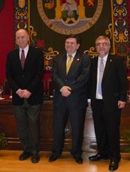 El rector (centro) junto a los dos nuevos doctores Honoris Causa
