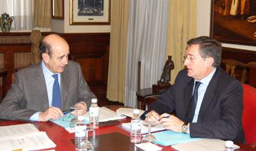 Fernández de Alarcón junto al alcalde de Teruel, Manuel Blasco