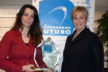 La premiada, Montserrat Marquina, y la gerente de YoVoy Asesores, María Pilar Dancausa
