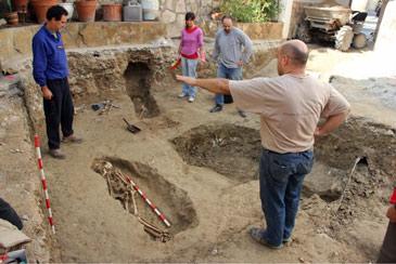 La campaña de excavaciones en la necrópolis ha sacado a la luz a ocho adultos y cuatro niños