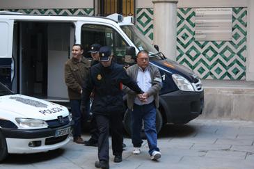 Varios de los procesados bajan del furgón policial