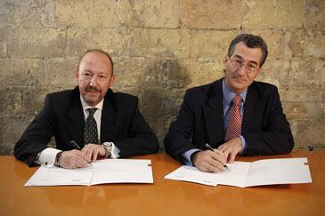 Eduardo Romero y Pedro J. Canut, durante la firma del convenio