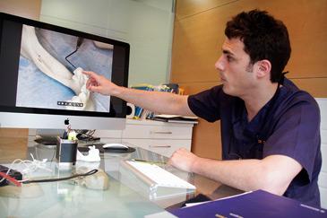 Esteban Castán ha realizado la primera regeneración de una mandíbula atrófica mediante cirugía mínimamente invasiva