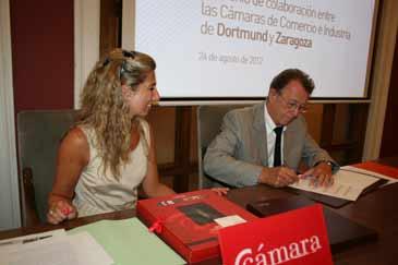 Berta Lorente y Udo Dolezych durante la firma del convenio de colaboración entre ambas Cámaras