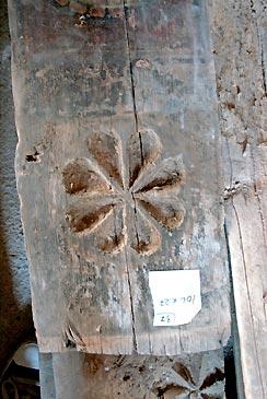 También aparecen tablas talladas, presumiblemente las más antiguas