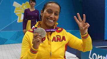 La nadadora tras la tercera de las cuatro medallas que acumula en Londres
