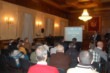 Representantes de asociaciones, partidos políticos y público en general, han asistido a la presentación del Plan de Movilidad Sostenible de Teruel