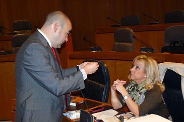 El diputado del PP Fernando Galve y la consejera de Educación, Universidad, Cultura y Deporte, Dolores Serrat