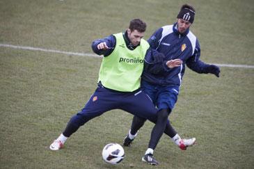 Rodri y Edu Oriol pugnan por un balón en un entrenamiento