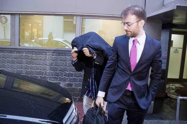 El ex presidente del Castellón a su salida en libertad de los juzgados junto al letrado Bernando Alonso