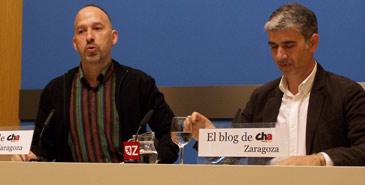 El concejal de CHA Carmelo Asensio, junto al portavoz, Juan Martín
