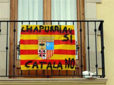 Imagen de una bandera protestando sobre las lenguas