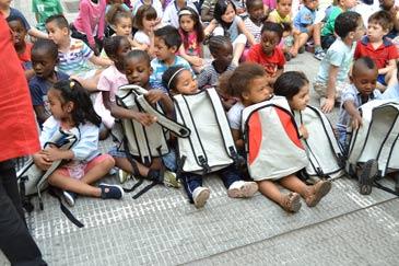 Los niños del colegio Andrés Manjón, con sus mochilas nuevas