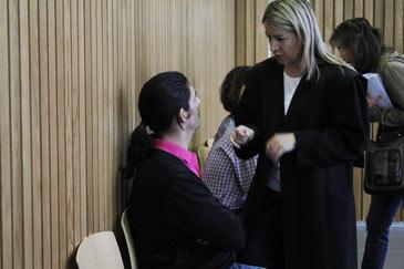 Uno de los acusados, el padre del niño secuestrado, habla con su abogada Olga Oseira