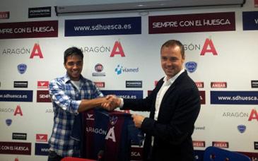 El futbolista ha sido presentado con su nueva camiseta. Foto: web S.D. Huesca