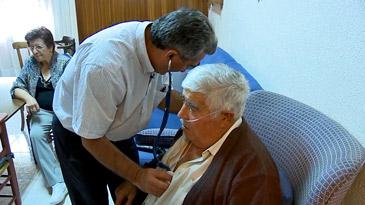 Benito Luño visitando a uno de sus pacientes