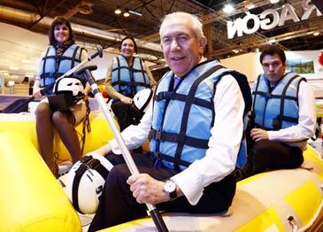 El consejero de Economía, Francisco Bono, montado en una de las atracciones de aventura