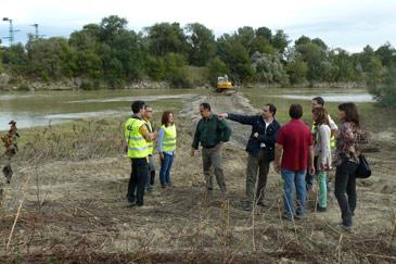 Xavier de Pedro visita las obras de retirada de sedimentos en Pina de Ebro