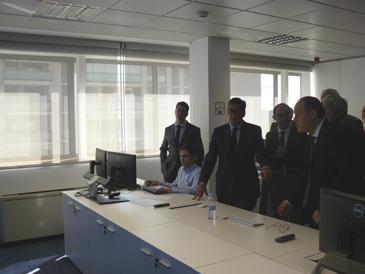 El consejero de Industria, Arturo Aliaga, con la mano en la mesa, durante la visita al centro de monitorización