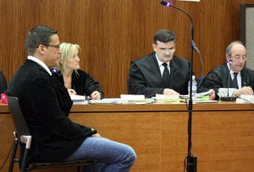 El acusado, en el banquillo, detrás su abogada, el letrado de la acusación, José María Viladés, y el fiscal