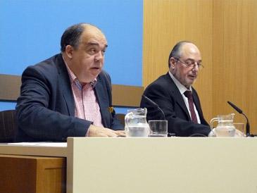 El consejero de Acción Social y Deportes, Roberto Fernández, y el presidente del Balsas Picarral, Santiago Vela