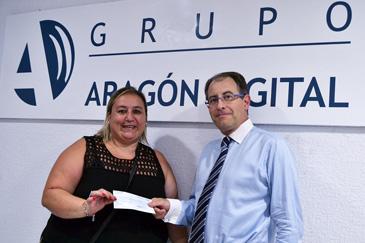 El director de Aragón Digital, Roberto García, en nombre de los trabajadores del Grupo, hace entrega de un cheque de 200 euros a Ana López