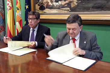 El consejero Arturo Aliaga y el rector Manuel López durante la firma