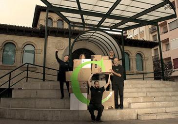 """Plan C Teatro creó una """"C"""" que se construía a través de cajas de cartón para reflejar la improvisación"""