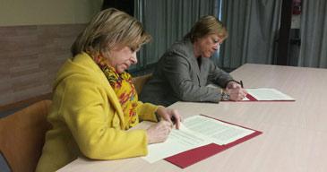 La consejera de Educación y la alcaldesa de La Muela durante la firma del convenio
