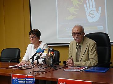El presidente de Adicae, Manuel Pardo, y la vicepresidenta, Ana Solanas, durante la rueda de prensa