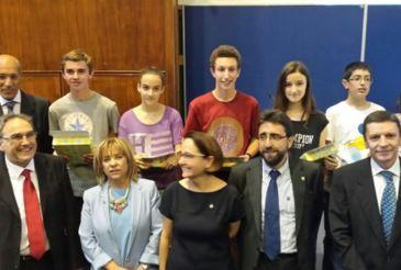 Imagen de los ganadores junto a la consejera de Educación, Dolores Serrat